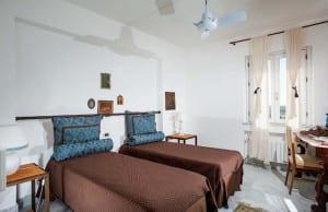 Tweepersoonskamer met twee losse bedden