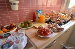 Breakfast Belveliero met fruitsappen, verse broodjes en heerlijke koffie